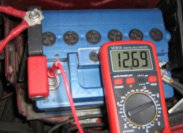 izmerenie-napryazheniya-mezhdu-klemmami-600x436.jpg