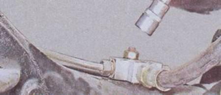 Otkruchivaem-bolt-krepleniya-trojnika-tormoznoj-trubki-na-VAZ-2101-2102-2103-2104-2105-2106-2107-450x195.jpg