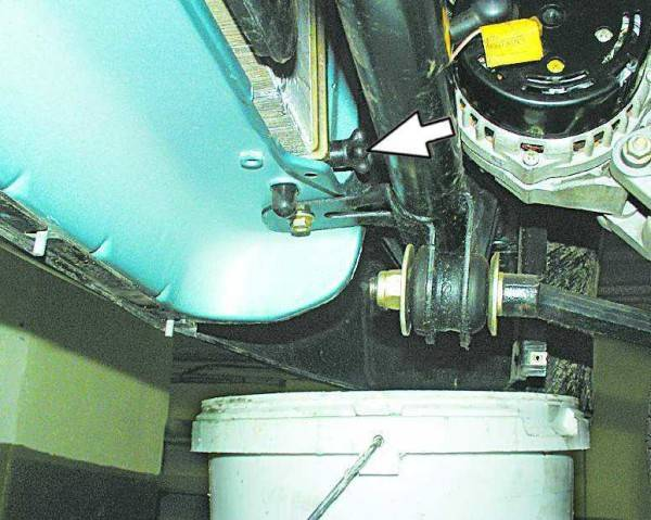 vykruchivaem-probku-radiatora-chtoby-zhidkost-s-nego-stekla-v-emkost-600x479.jpg