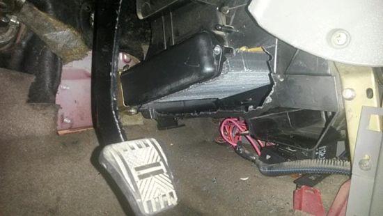 Radiator-vytaskivaetsya-v-storonu-pedalnogo-bloka_opt.jpg