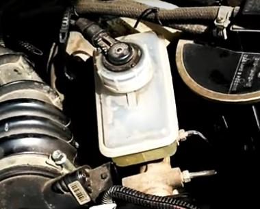 zamena-glavnogo-tormoznogo-cilindra-2.jpg