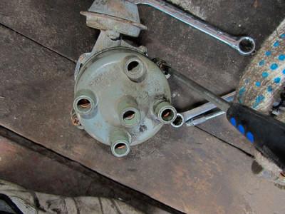Otkruchivaem-kryshku-tramblera-na-VAZ-2108-2109-21099-400x300.jpg